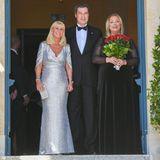 Markus Söder wird von seiner Frau Karin (links) und Katharina Wagner (Urenkelin von Richard Wagner)in die Mitte genommen.