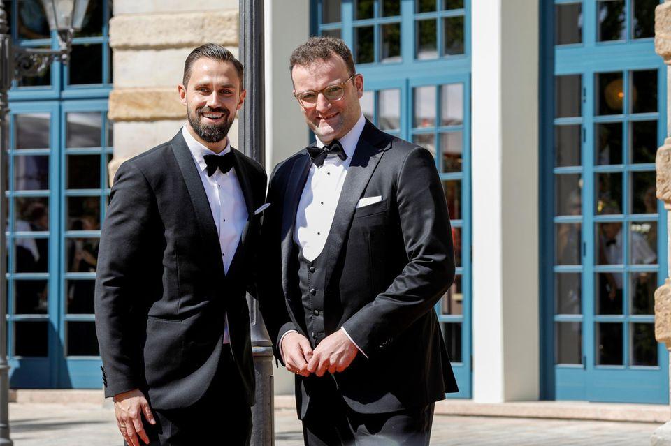 Gesundheitsminister Jens Spahn und sein Mann Daniel Funkemachen im Smoking beide eine gute Figur.