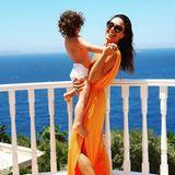 Das orangefarbene Maxikleid, das Nazan Eckes im Türkei-Urlaub trägt, wird sicherlich auch ihrem Sohn gefallen.