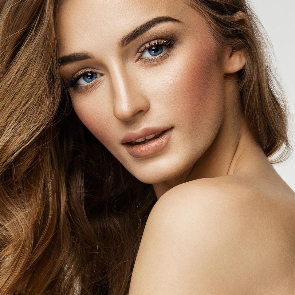 Bronzer, Frau mit geschminktem Gesicht, lange, braune Haare