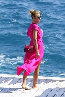 Mit ganz wenig Style-Aufwand schafft Heidi Klumdas perfekte Urlaubsoutfit. Dafür benötigt es nämlich nicht mehr als ein farbenfrohes, luftiges Kleid und eine elegante Crossbody-Bag. Ihr Modell ist von Bulgari.