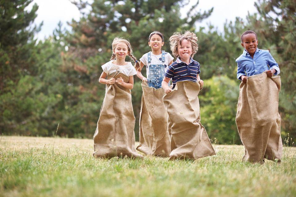 Sackhüpfen, Spiele Kindergeburtstag, Kindergeburtstagsspiele, Kindergeburtstag