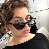 """So sehen wir Ronja Forcher selten: Mit divenhafter Haarwelle schaut sie über den Rand ihrer großen Sonnenbrille hinweg. Der Star von """"Der Bergdoktor"""" kann eben auch anders."""
