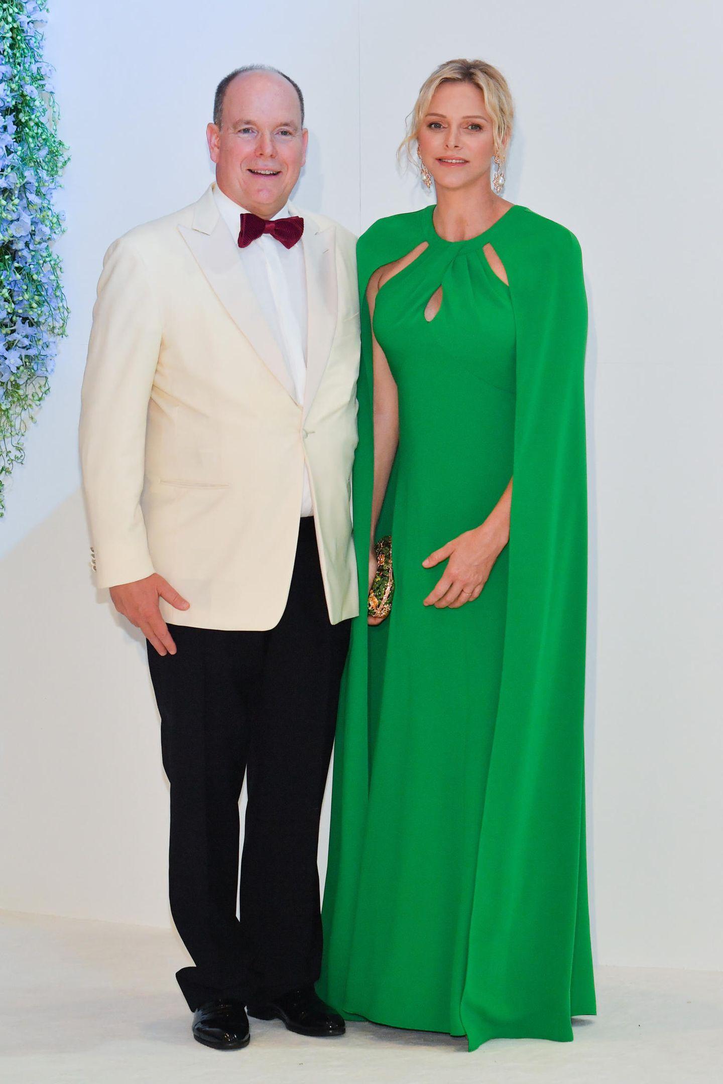 Fürstin Charlène zeigt sich gemeinsam mit ihrem Ehemann Fürst Albert beim Rot-Kreuz-Ball 2019. Zu dem Anlass wählt sie - wie so oft - ein Kleid mit Cape. Die ehemalige Schwimmerin versucht durch den Schnitt ihr breites Kreuz zu kaschieren, dabei sehen wir eigentlich sehr gerne ihre Muskeln. So oder so steht ihr die Abendrobe von Marchesa ganz ausgezeichnet.
