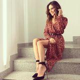 """Aber auch abseits des Red Carpets ist sie stets perfekt gestylt. In einem Leo-Look moderiert sie die Sendung """"RTL Explosiv""""."""