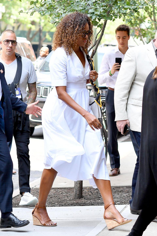 Meistens trägt Michelle Obama ihr Haare glatt, aber jetzt läuft sie mit krausem Haar durch New York und ist auf dem Weg zu einem Lunch-Date mit Sarah Jessica Parker. Die Fans lieben diesen Look ganz besonders.