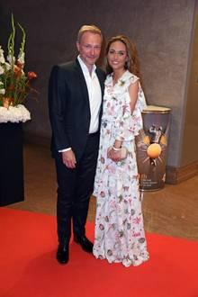 Christian Lindner sehen wir bekanntlich regelmäßig im Anzug, aber die schöne Franca Lehfeldt bezaubert uns bei dem Event mit ihrem floralen Kleid ganz besonders. Die TV-Moderatorin setzt auf Volonts und ein strahlendes Lächeln.