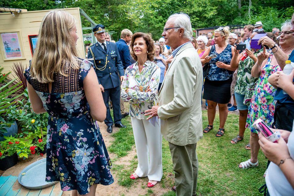 """27. Juli 2019  Königin Silvia und König Carl Gustaf vergeben bei der Preisverleihung zur Ausstellung """"Ideengärten"""" auf Öland die Preise und sehen sich alles ganz gespannt an."""