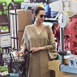 Was hat Angelina Jolie denn da im Einkaufswagen? Richtig, ein weißes Kaninchen!Das gehört ihrer Tochter Vivienne, und ist beim Futterkauf in einem Supermarkt in L.A. mit dabei. Ob das dem schnuckeligen Kuscheltier gefällt, könnte allerdings bezweifelt werden.