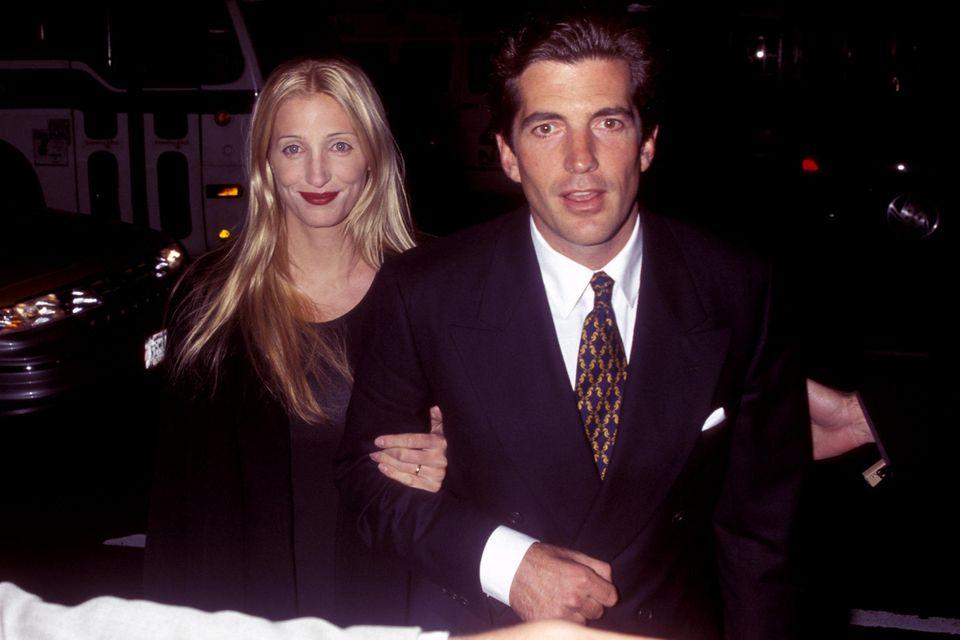 1999 stirbt John F. Kennedy jr. zusammen mit seiner Frau Carolyn Bessette und deren Schwester bei einem Flugzeugabsturz.