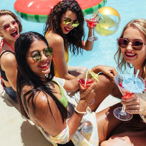 Poolparty, Swimmingpool-Party, feiernde Frauen, Sommer, Sonne