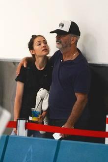 Altersunterschied: 34 Jahre  Kuschelstunde am Flughafen von San Juan in Puerto Rico: Als Mel Gibson und die Autorin Rosalind Ross ihre seit 2014 bestehende Beziehung2 Jahre später öffentlich machten, war das kritische Getuschel natürlich groß. Die beiden sind aber seitdem ein glückliches Paar, übrigens nicht verheiratet. Rosalind brachte im Januar 2017 den gemeinsamen Sohn Lars zur Welt, ihr erstens Kind, aber bereits sein neuntes. Pikant ist, dass Rosalind immer noch 2 Jahre jünger ist, als die erste Ehe von Mel mit Robyn Moore dauerte, nämlich 31 Jahre.