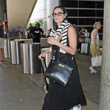 Bei ihrer Ankunft am Flughafen von Los Angeles zeigt Demi Moore ihr Must-have gegen die kühle Flugzeugluft: kuschelige Socken! Die hat die Schauspielerin beim Ausstieg aus dem Flieger vergessen auszuziehen und eilt mit warmen Füßen über den Airport. Ihr restlicher Look kann sich jedoch sehen lassen!