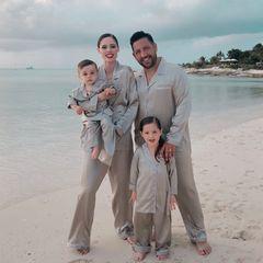 Eine Familie, ein Style: Coco Rocha verbringt mit Ehemann James Conran und den gemeinsamen Kindern Ioni und Iver einen Traumurlaub auf den Turks- und Caicosinseln. Ehrensache, dass eine so attraktive Familie auch einen schicken Partnerlook trägt.