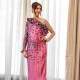 In einer rosafarbenen Designer-Robe von Brandon Maxwell zeigt sich Anne Hathaway das erste Mal während ihrer zweiten Schwangerschaft auf dem Red Carpet. Das florale Dress wurde extra für sie gefertigt und sorgt mit seinem asymmetrischen Schnitt für einen besonderen Hingucker – auch den Babybauch setzt es perfekt in Szene. Pinkfarbene Stilettos ergänzen den Look der schwangeren Schauspielerin und garantieren ihr einen Wow-Auftritt in Beverly Hills.