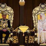 30. Juli 2019  Die Feierlichkeiten zur Amtseinführung finden im Nationalpalast in Kuala Lumpur statt. Neben Abdullah, der Sultan des Bundesstaats Pahang ist und nun fünf Jahre als König von Malaysia regieren wird, sitzt seine zweite Ehefrau auf dem goldenen Thron.