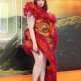 Lena Dunham bringt das Disco-Fieber mit auf den roten Teppich. Und ganz viel Extravaganz. Sie hat sich von 16Arlington ein Kleid anfertigen lassen, dass aus Bronze-Pailletten besteht und mit Federn verziert ist.