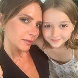 """30. Juli 2019  """"Mein kleines Mädchen und meine beste Freundin. Küsschen. Mama liebt dich so sehr"""" schreibt Victoria Beckham zu diesem süßen Selfie mit Tochter Harper auf Instagram."""