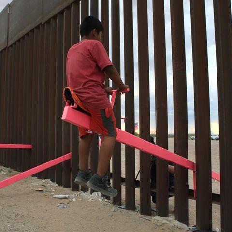 Wippe am Grenzzaun USA und Mexiko