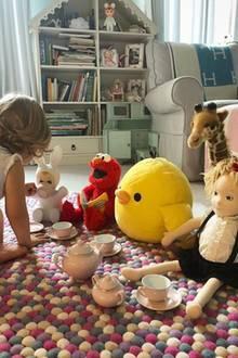Auf dem Teppich vor ihrem Bettchen spielt Lily - wenn sie nicht zur Vorschule muss - Tea-Time mit ihren Puppen und Kuscheltieren. Ihre Bücher und anderen Spielzeuge finden ihren Platz in einem großen Regal, das wie ein Puppenhaus aussieht. Außerdem gehört ein gemütlicher Sessel zur Einrichtung, in dem der kleinen Hilton Geschichten vorgelesen werden.