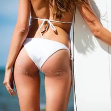 Mädel im Bikini mit Surfbrett