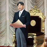 1. August 2019  Beider Eröffnung der außerordentlichen Sitzung des Parlamentshält Naruhito seine erste Rede alsKaiser von Japan. Den Chrysanthementhron bestieg er bereits am 1. Mai 2019.