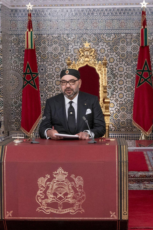 König Mohammed hält eine Rede an das Volk. Auch sein Sohn, Kronprinz Moulay Hassan (l.), und sein Bruder, Prinz Moulay Rachid, sind anwesend.