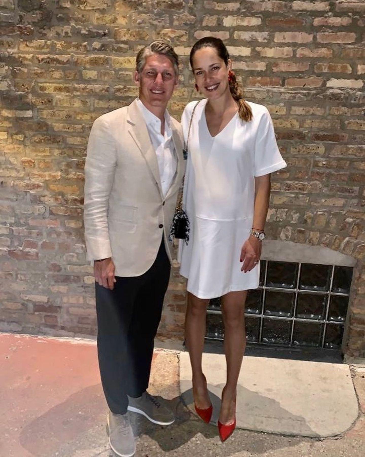 Zur Feier des 35. Geburtstags ihres Mannes, Bastian Schweinsteiger, hat sich Ana Ivanovic besonders hübsch gemacht. Zu knallroten Pumps kombiniert sie ein schlichtesweißes Kleid, unter dem sie ihren Babybauch versteckt – das Paar erwartet 2019 sein zweites Kind. Stilvoll ergänzt Anaihren klassischen Look mit einer schwarzen Handtasche und hat die Haare zu einem eleganten Zopf geflochten. Welch ein schöner Schwangeren-Style!