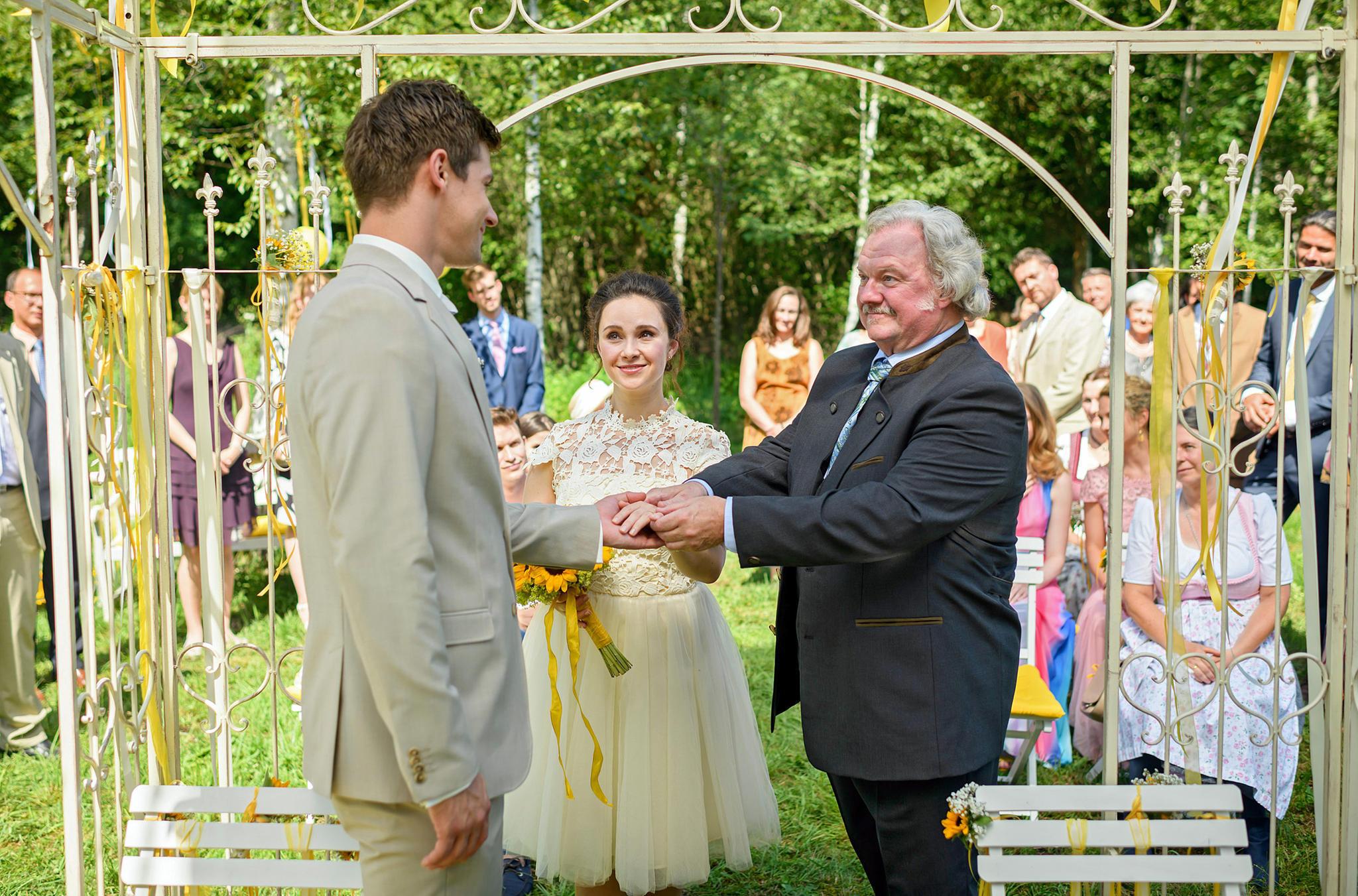 """""""Sturm der Liebe"""":Paul (Sandro Kirtzel, l.) und Romy (Désirée von Delft, Mitte) feiern Hochzeit. Romys VaterHieronymus (Werner Biermeier, r.) gibt dem Paar seinen Segen."""