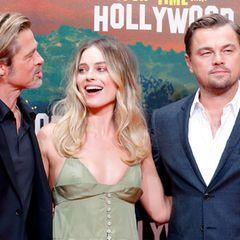 Margot Robbie scheint sich köstlich über einen Witz von Brad Pitt zu amüsieren. Ob der etwas mit Leonardo DiCaprio zu tun hat?