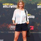 Tina Ruland setzt auf eine transparente Bluse und viel Bein.