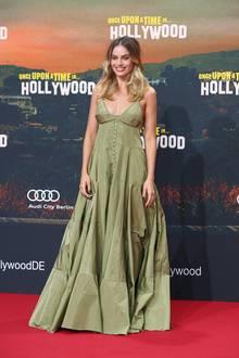 Margot Robbie verzaubert in einer olivengrünen Robe von Jacquemus.