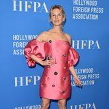 In einem pinken Kleid mit Strass-Applikationen für rund 2.400 Euro posiert Renee Zellweger auf dem roten Teppich eines Bankettabends in Hollywood. Die opulenten Off-Shoulder-Ärmel des Lela-Rose-Kleides setzen ihr Dekolleté in Szene. Die Schauspielerin zeigt sich schlank wie nie, doch nicht nur davon wird geredet...