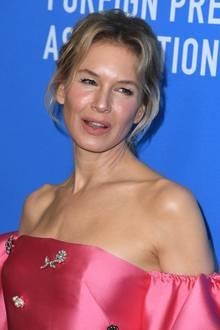 Das glatte Gesicht und der strahlende Teint lassen die Schauspielerin sehr viel jünger aussehen. Wie sie das hinbekommt? Laut ihr liegt es am gesunden Lebensstil, zu Botox- und OP-Gerüchten schweigt Renee seit Jahren.
