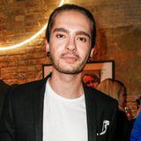 2016  Tom ist auch nicht mehr der Band-Bubi, der er vor einigen Jahren noch war. Mit seinem Zopf sieht er mehr und mehr wie ein hipper Gentleman aus.