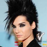 """2009  Bill hat sich an den Seiten von etwas Haar trennen können und trägt nun einen Irokesen. Außerdem wirkt sein Make-up nun etwas """"sharper"""". Die Augenbrauen sind präzise nachgemalt, die Wimpern dramatisch aufgefüllt und der Lidschatten etwas mehr smokey."""