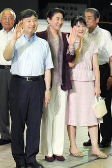 1. August 2019  Die japanische Kaiserfamilie verabschiedet sich in den Urlaub. Naruhito, Masako und Tochter Aiko werden einige Tage in der Villa Suzaki in der Stadt Izukyu Shimoda verbringen.