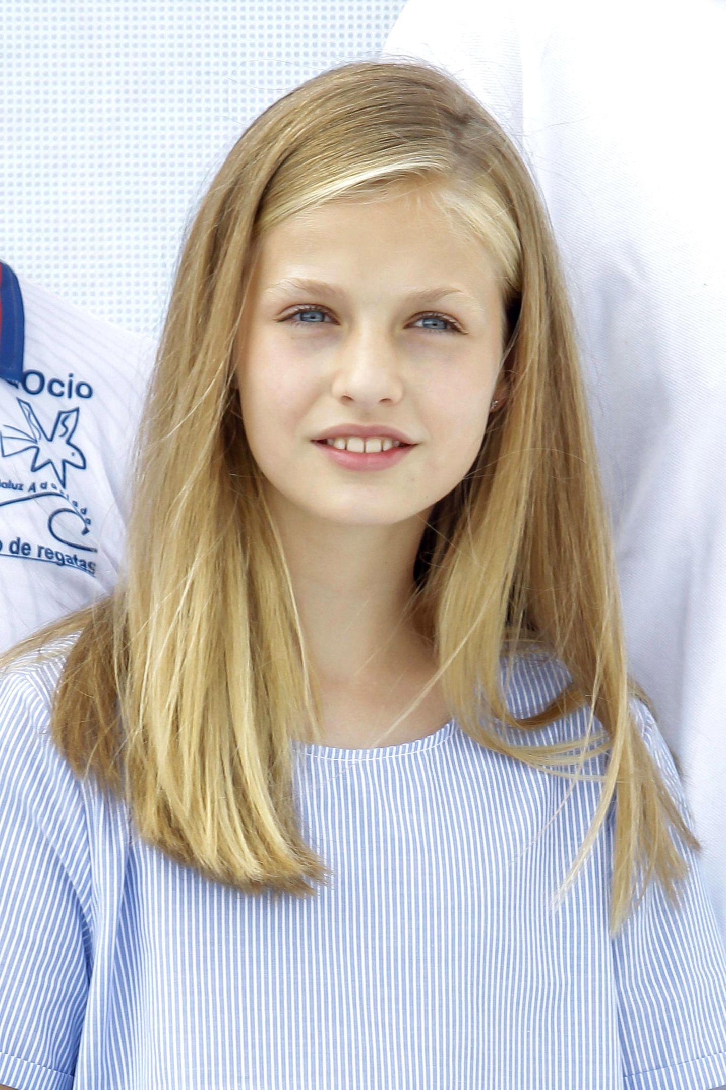 1. August 2019  Kronprinzessin Leonor ist die Ältere von den beiden. Die 13-Jährige trägt passend zu dem Segel-Event ihres Vaters ein Oberteil in maritimen Farben.