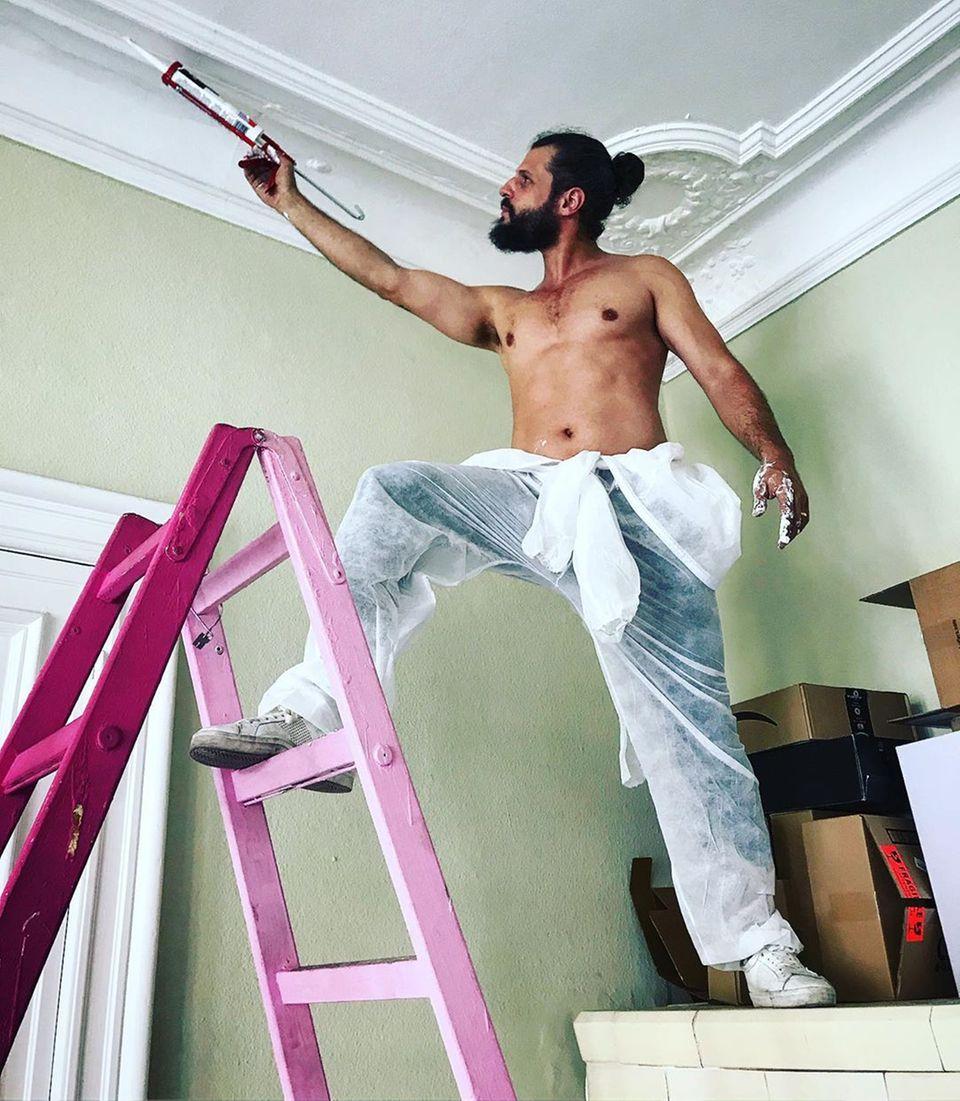 1. August 2019  Fleißiger Handwerker: Manuel Cortez nimmt die Renovierung seiner Wohnung in Angriff und hält seine Fans auf Instagram auf dem Laufenden.