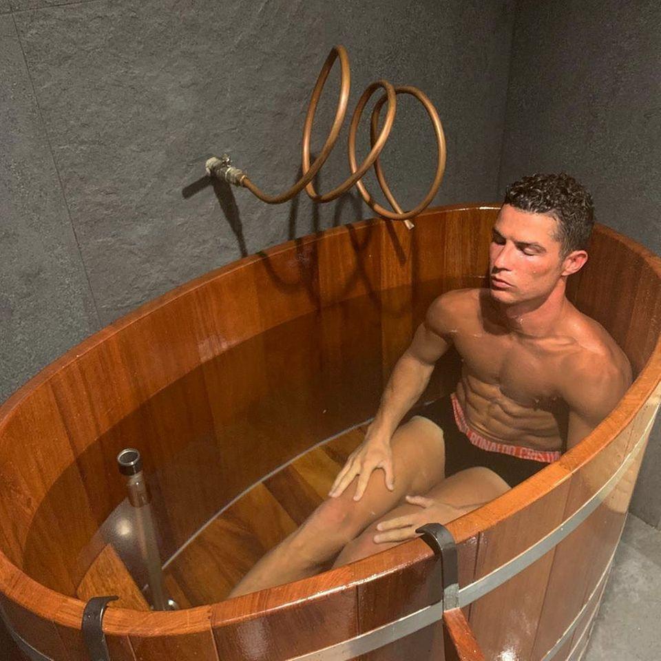 """1. August 2019  """"Erholung und Meditation"""" titelt Cristiano Ronaldo dieses kuriose Badewannen-Bild auf Instagram."""
