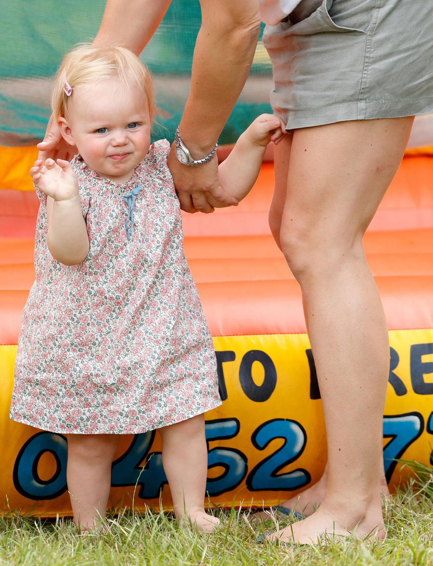 Mit ein wenig Hilfe von Mama Zara klappt das mit dem Laufen schon ganz gut.