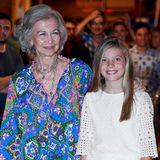 Prinzessin Sofia mag es im Gegensatz zu ihrer buntgekleideten Großmutter Königin Sofia im weißen Baumwollkleid mit Spitzenärmeln eher sommerlich-schlicht.