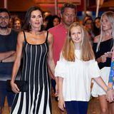 Königin Letizia bevorzugt Schwarz-Weiß, Prinzessin Leonor hat sich eine dezent verträumte Kombi in Weiß und Navy-Blau ausgesucht.
