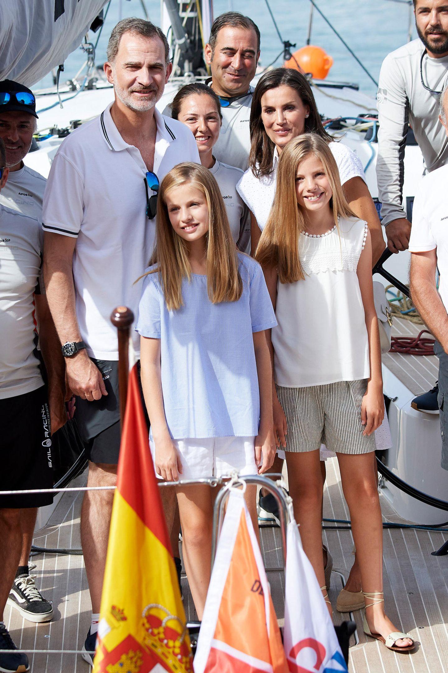 Auch beim traditionellenCopa del Rey Mapfre Segel-Cup mit ihrem Vater König Felipe scheinen die Prinzessinne-Farben für diesen royalen Mallorca-Sommer festzustehen: Weiß, Beige und helle Pastelltöne.