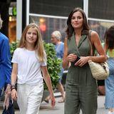 Für einen kleinen Bummel durch Palma mag es Leonor genau wie ihre Mutter Königin Letizia ganz bequem. Süßer Hingucker an dem hellen Sommerlook ist der T-Shirt-Twist.