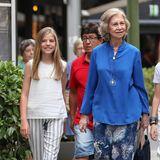 Und auch ihre Schwester Sofiazeigt mit gestreifter Baumwollhose und spitzenverziertem Top royale Lässigkeit.
