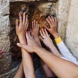 Der gemeinsame Besuch der Via Dolorosa und der Grabeskirche bringt die Familie und ihren Glauben wieder enger zusammen.