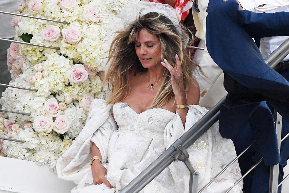 Schulterfrei, mit ausladenden Ärmeln und filigran bestickt: In diesem wunderschönen Brautkleid heiratet Heidi Klum ihren Tom.