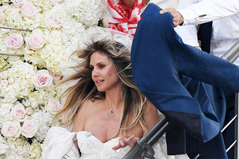 Ein so wunderschönes Brautkleid darf doch nicht versteckt werden!