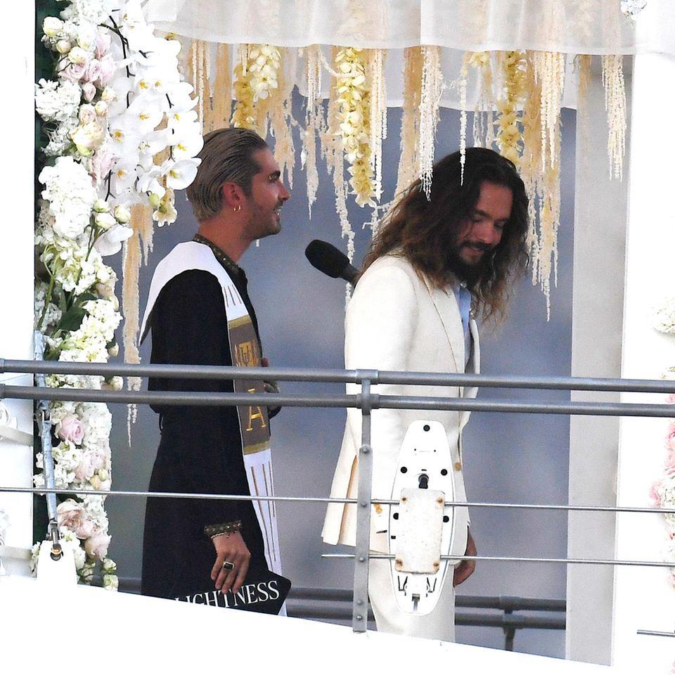 """Toms Zwillingsbruder Bill ist natürlich mit dabei. Man munkelt, er habe nicht nur eine Rede gehalten, sondern die beiden auch getraut. Eine Pastorenlizenz der """"Universal Church of Life"""" soll er zumindest haben."""